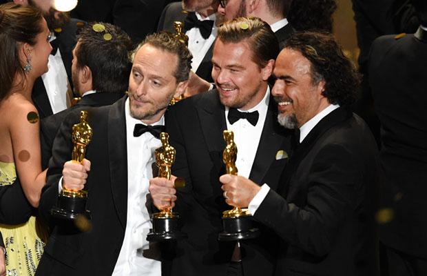 "Alejandro G. Iñárritu, Leonardo DiCaprio e Emmanuel Lubezki con i premi ricevuti per ""Revenant - Redivivo"""