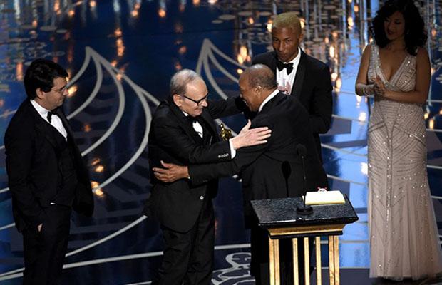 Quincy Jones consegna ad Ennio Morricone il premio per la migliore colonna sonora